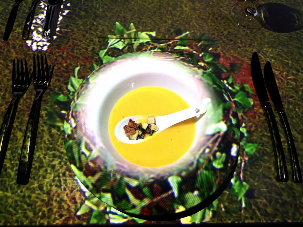 zoete aardappel zuurkool soep bij dinner in motion