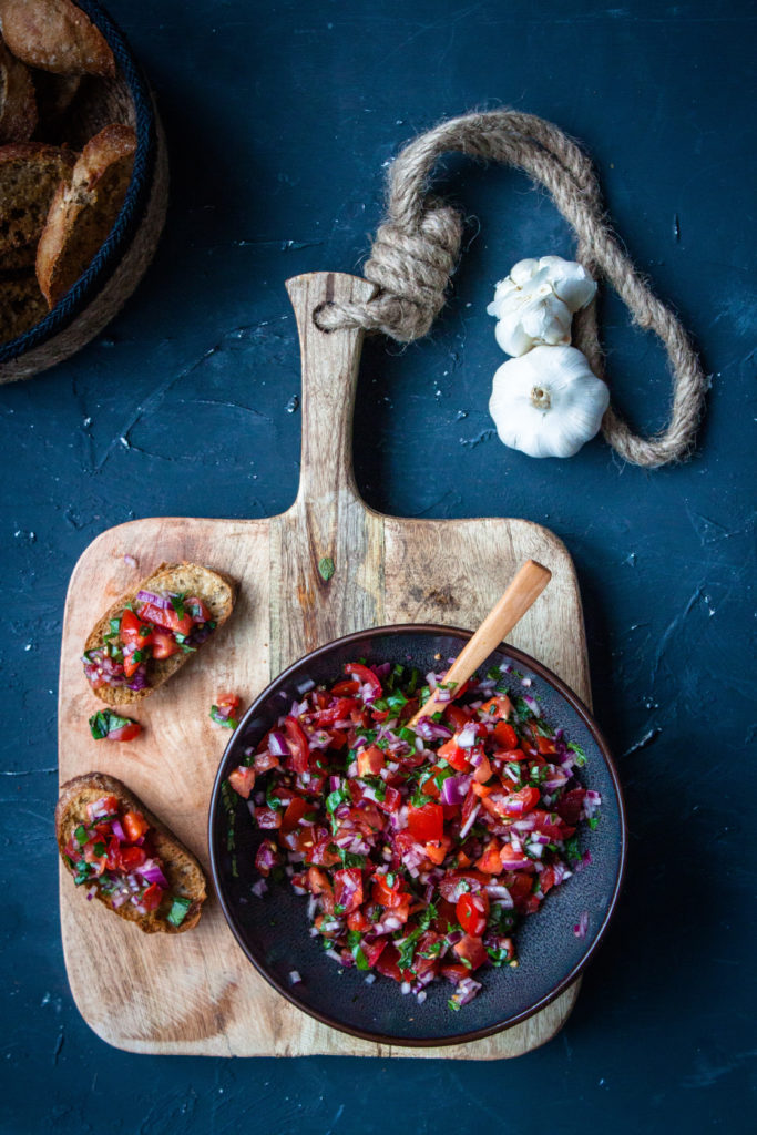 tomatenbruschetta met basilicum
