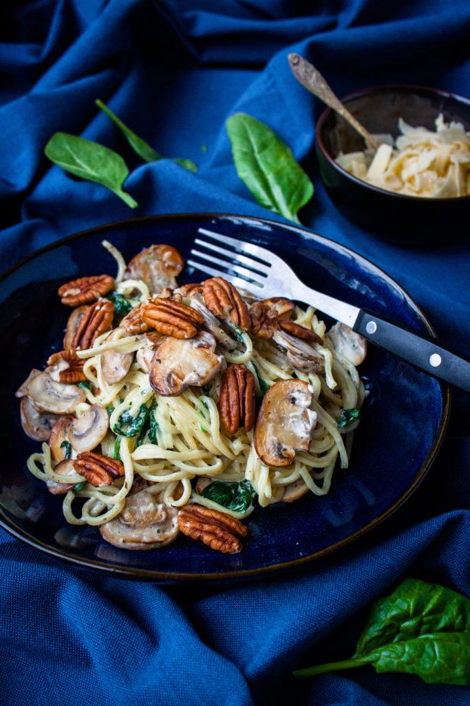 snelle vegetarische pasta met spinazie en pecannoten
