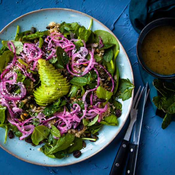 quinoa salade met spinazie, avocado en maanzaad dressing
