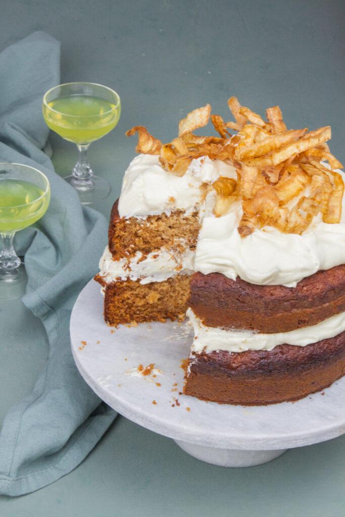 kruidige cake van pastinaak met limoncello frosting en pastinaak chips