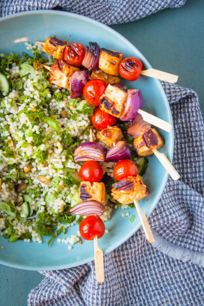 halloumi bbq spiesjes met harissa en groene parelcouscous salade