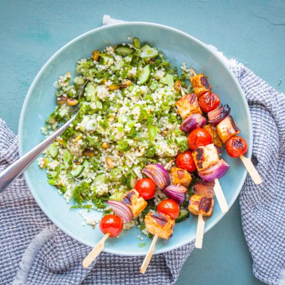 groene couscous salade met halloumi BBQ spiesjes