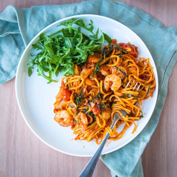 pasta rode pesto rucola garnalen spaghetti