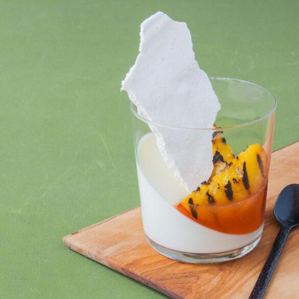 kokosyoghurt panna cotta met nectarine en kokos meringue