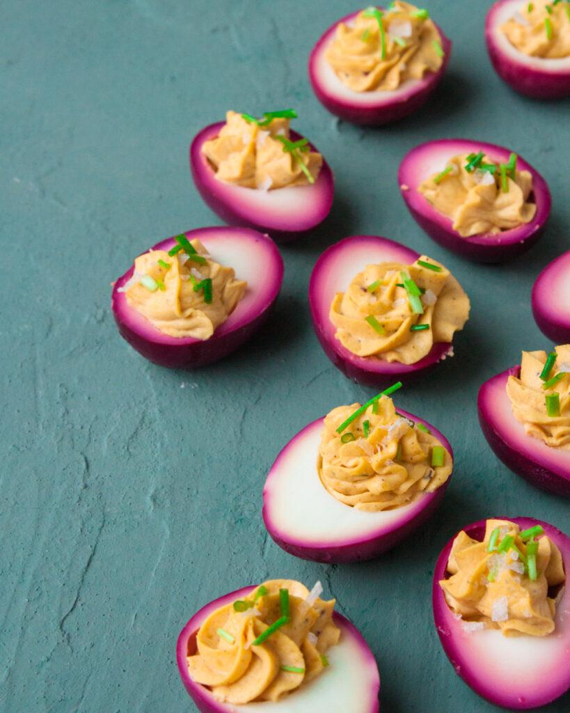 deviled eggs roze eieren gevulde eieren