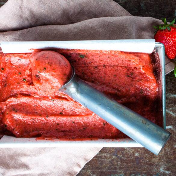 sorbetijs maken met aardbeien en basilicum