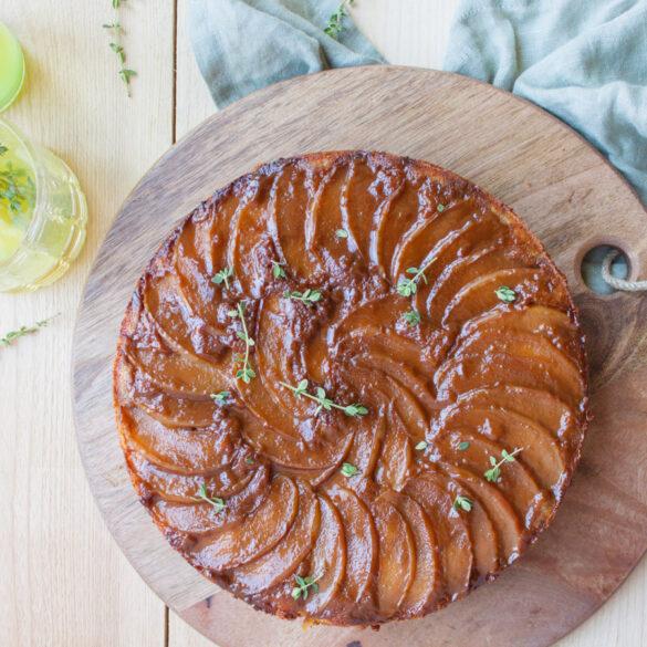 maiscake met stroop, tijm en appels